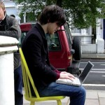 Du Wi-Fi sur une Chaise Jaune